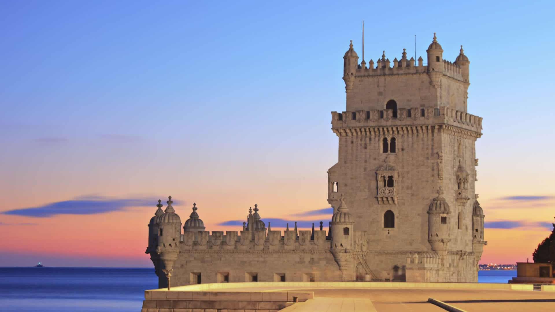 La tour de Belém évoque l'Afrique en plein Lisbonne: bâtie à l'origine (1519) au milieu du Tage, elle défendait l'embouchure et le monastère des Hiéronymites, elle verra passer les caravelles en partance pour les côtes de Guinée.