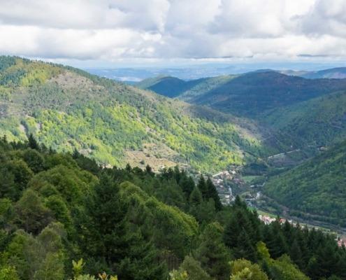 La Beira Alta abrite certains des paysages les plus spectaculaires du pays, plateaux sans fin, montagnes escarpées parsemées de rochers dont la Serra da Estrela, point culminant du Portugal Continental.